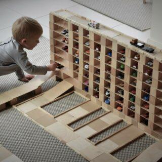 ✨JUST BLOCKS✨ . Met dit leuke houten bouwpakket kan je kind zijn eigen garage, dierentuin, vliegveld, parcours of toren ontwerpen! Het open einde speelgoed zorgt ervoor dat je kind zijn fantasie de vrije loop laat. . #funmetfeels #openeindespel #justblocks #samenspelen #duurzaamspeelgoed #sustainablekids #bouwen #houtenspeelgoed #sustainabletoys