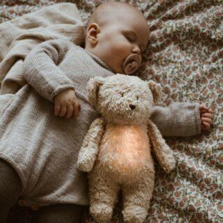 ✨MOONIE✨ . De bijzondere Moonie teddybeer maakt een rustgevend geluid die de slaap van je kleintje bevorderd. Ook het zachte licht in het buikje doet je baby denken aan de veilige omgeving van de baarmoeder en brengen rust. Een echte musthave voor iedere newborn! . #withlovefromfeels #feelssafe #geboortegeschenk #kraamcadeau #zwanger #geboortekado #babygeschenk #cadeautip #geboorte #babyshowergift #moonie #knuffelbeer #ideaalcadeau #webshop #firstteddy #baby
