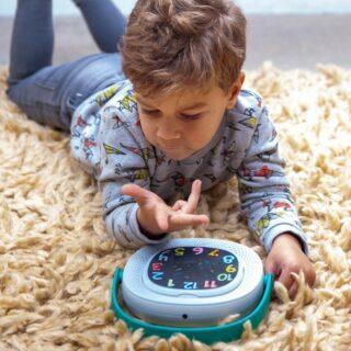 ✨TIMIO✨ . Timio werkt enkel met audio en LED-lichtjes, volledig schermloos entertainment dus! De kindjes kunnen er meteen mee aan de slag. Het enige dat ze hoeven te doen is één van de magnetische disks op de audiospeler plaatsen en spelen maar! . #feelthebeat #feelthemusic #feelstore #audioplayer #schermvrij #momlife #educatiefspeelgoed #lifewithkids #babymatters #timio #sinttip