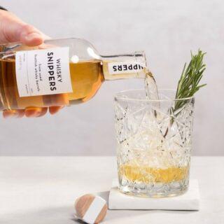 ✨SNIPPERS✨ . Snippers is het beste cadeau voor elke whisky-, rum- en gin liefhebber. In de snippers fles vind je houtsnippers van gebruikte Schotse whisky-, rum- en gin vaten. Wanneer je er bijvoorbeeld jenever, wodka of een andere sterke drank aan toevoegt geven deze houtsnippers langzaam hun smaak en kleur af. Het is net alsof je je drank veroudert in een houten vat. Succes! . #feelgoodgifts #feelinspired #feelsmaaktmensenblij #mannen #vaderdagtip #vaderdagcadeau #spoilyourself #soononline #uniquebrands #perfectgift #kooplokaal #gift #kadootje #soon #cadeauvoorhem #cadeauversturen