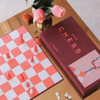 ✨PRINTWORKS✨ . Ben jij na het zien van de populaire serie 'The Queen's Gambit' ook ik de ban geraakt van het schaken? ♟ Binnenkort leuke exemplaren te koop! 😍🙌🏻 . #feelsinspired #feelthepassion #feelsfamily #feelsstore #chess #boardgames #homedecor #interiordetails #queensgambit #schaakbord #binnenkortmeer #webshop #ondernemendemadammen #supportsmallbusinesses