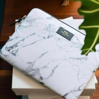 ✨WOUF✨ . Met deze mooie laptophoes fleur je zelf de saaiste werkdag op!  Ze zijn gemaakt in Spanje met gerecycleerde materialen. ♻️ Wacht tot je de rest van de collectie gezien hebt! 😍 . #feelproudtoshare #feelthevibe #feelsamazing #feelsonamission #feelsstore #onlinefamilystore #marble #macbooksleeve #accessoires #eco #laptopsleeve #gogreen #wouf #soononline #kadootje #laptophoes #spoilyourself