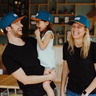 """✨HELLO HOSSY✨ . De trendy petten van Hello Hossy zijn superstoer en lief tegelijk! Een hip mode accessoire om je outfit volledig af te maken! Verschillende modellen zijn ook verkrijgbaar voor """"cool dads & mums"""" zodat je leuk kan twinnen.  . #feelthejoy #feelslikesummer #feelsfamilystore #hellohossy #familytime #capgang #bestteam #vaderdagtip #cadeauvoorpapa #uniquebrand #cadeauinspiratie"""