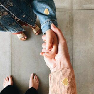 ✨PETIT POURRI✨ . Vertrekt jou oogappel binnenkort voor de eerste keer op kamp? Strijk dan deze leuke strijk patch op zijn/haar kussen, knuffel, rugzak,… En de andere patch? … die is voor mama natuurlijk. 😉 . #feelconnected #petitpourri #twinningset #twinningiswinning #verbonden #knuffelhartjes #strijkontwerp #strijkpatch #koopbelgisch