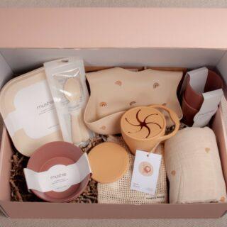 """✨GEBOORTEBOX✨ . De Feels babybox, een box voor een heerlijk feelgood gevoel bij kersverse ouders! De boxen zijn beschikbaar in verschillende prijscategorieën, dit zowel voor meisjes, jongens of unisex. Je mag gerust ook zelf je winkelwagen vullen. Vermeld zeker bij opmerkingen """"giftbox baby"""", dan pakken wij het even mooi voor je in. . #fanvandefeelsbox #feelsgeboortebox #withlovefromfeels #geboortegeschenk #geboortebox #geboortecadeau #zwanger #kraamcadeau #babygeschenk #cadeautip #geboorte #babyshowergift #gelukineendoos #uniekkado"""